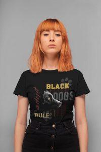 חולצה עם הדפס כלב שחור