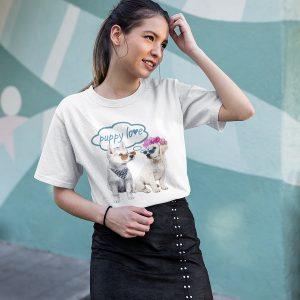 חולצה עם הדפסה של גורי כלבים חמודים